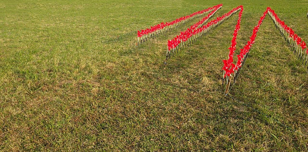 Photo de moulin à vent rouge dans un champ