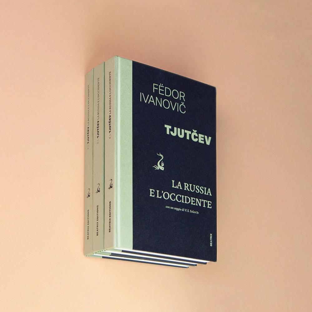Photographie de trois livres de Beatrix Editions formant une pile à l'étrange persepective