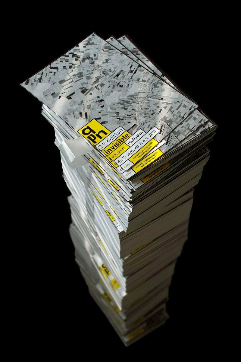Pile de carton d'invitation